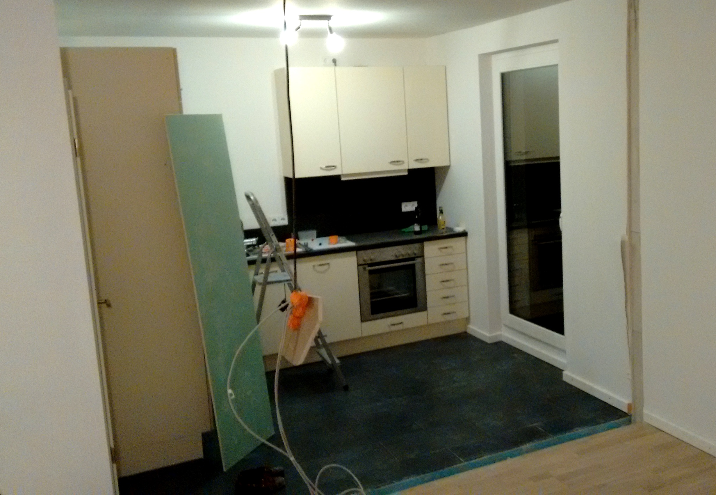 Erste Umbauergebnisse. Im Hintergrund: Die alte Küche, die durch die eigene Einbauküche ersetzte wird