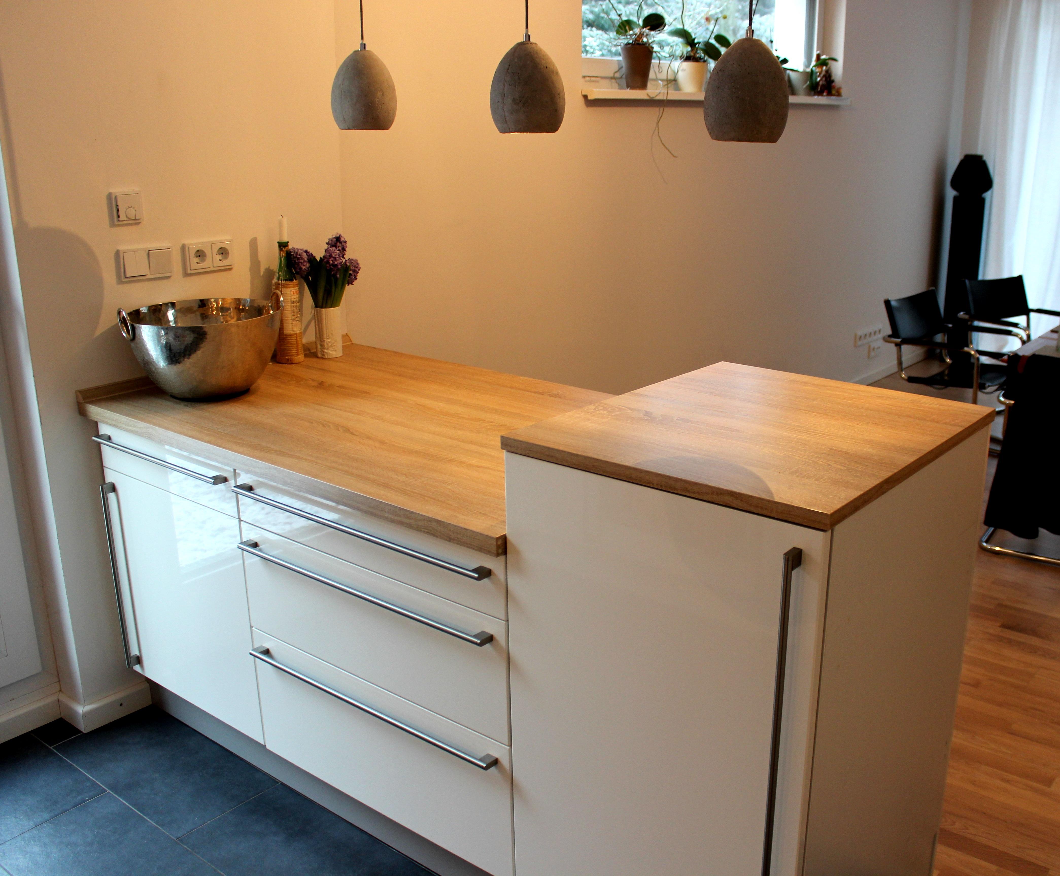 Mehr Arbeitsfläche und ein Kühlschrank auf Tresenhöhe trennen Koch- und Essbereich