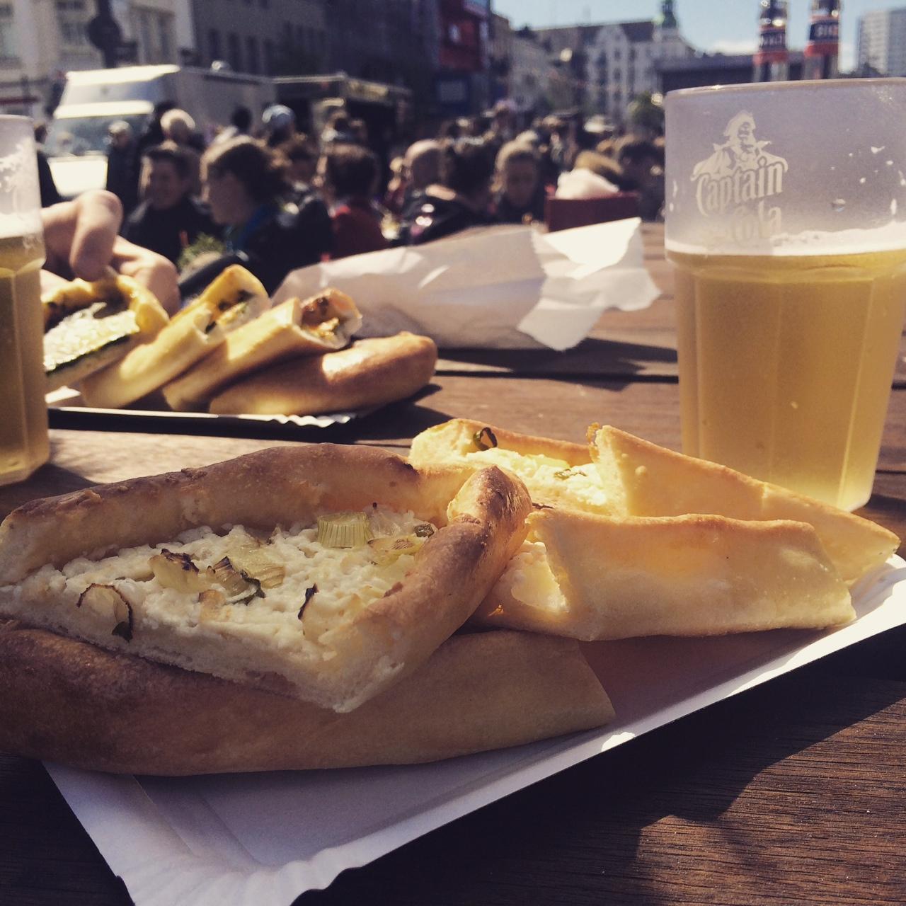 Kühles Bier und Pitabrot für rund 6,00€